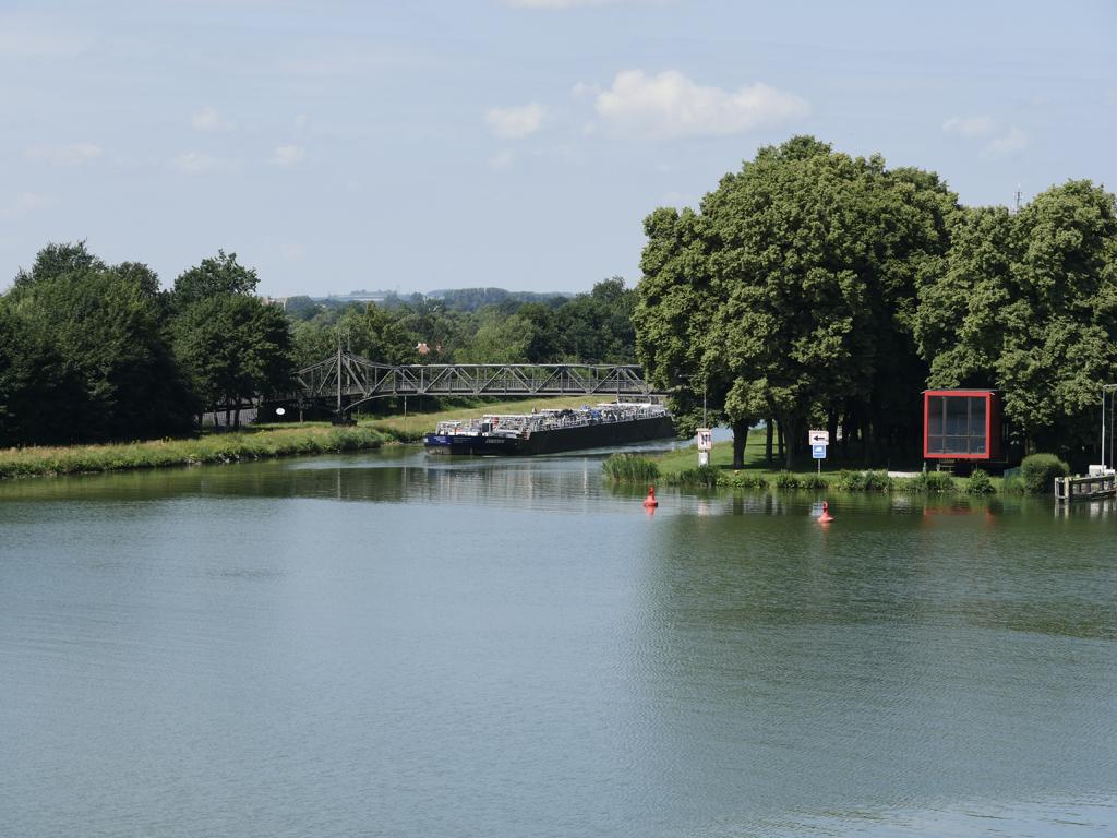 Das Schiff hat vorher die Schleuse in Bevergern benutzt und biegt nun in den Dortmund-Ems-Kanal ein.