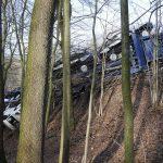 Voll beladener Autotransporter umgestürzt: Sechs Porsche Cayenne im Wald