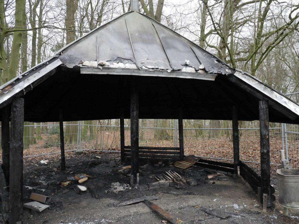Brandstiftung: Feuerwehr löscht Schutzhütte am Sportzentrum Ost