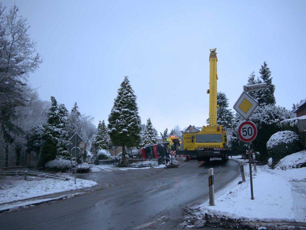 Mettinger Strasse gesperrt: Lastwagen in Vorgarten gerutscht