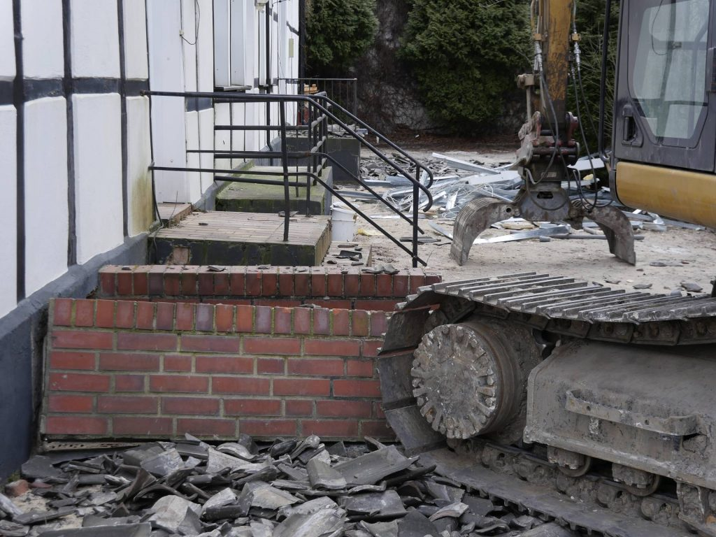 Neue Fotos: Abbruch des alten Fachwerkhauses an der Blauen Ecke