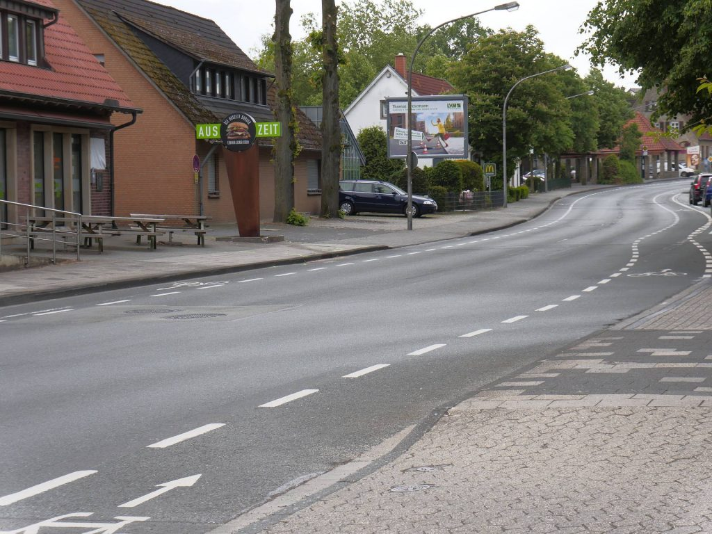 Autofahrer kommt von der Strasse ab und erfasst Kind auf dem Bürgersteig